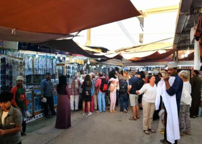 Touristen-auf-dem-alten-Weihrauchmarkt
