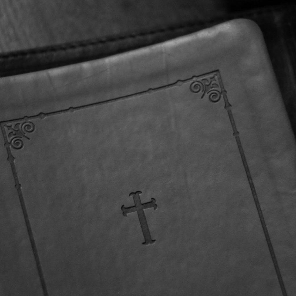 Bibel-mit-Kreuz