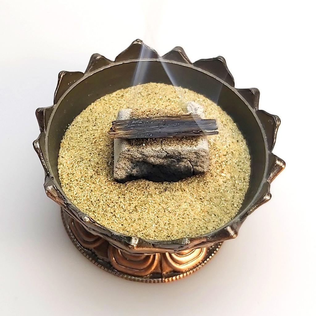 Oud auf Kohle mit Sand