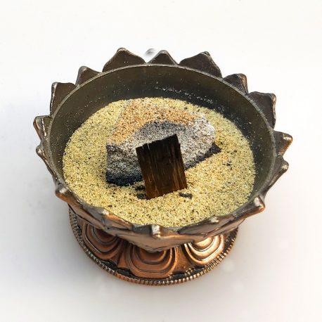 Oud vor Kohle in Sand gesteckt