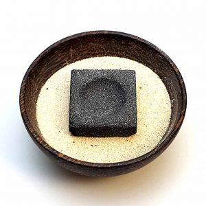 Premium Räucherkohle in Schale mit Sand